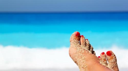 Маникюр и педикюр пляжный. Педикюр на море
