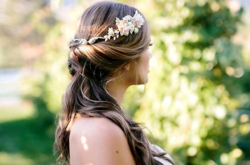 Свадебные прически на длинные волосы в греческом стиле с челкой. Аксессуары