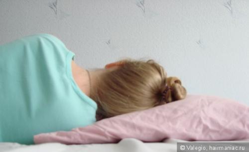 Что на ночь делать с волосами. Как спят ваши волосы? Влияние кос, пучков и жгутов на волосы во время сна.