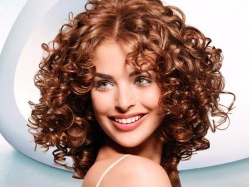 Стрижка каре на средние вьющиеся. Универсальные стрижки на средние вьющиеся волосы – безграничное количество идей для женщин разного возраста