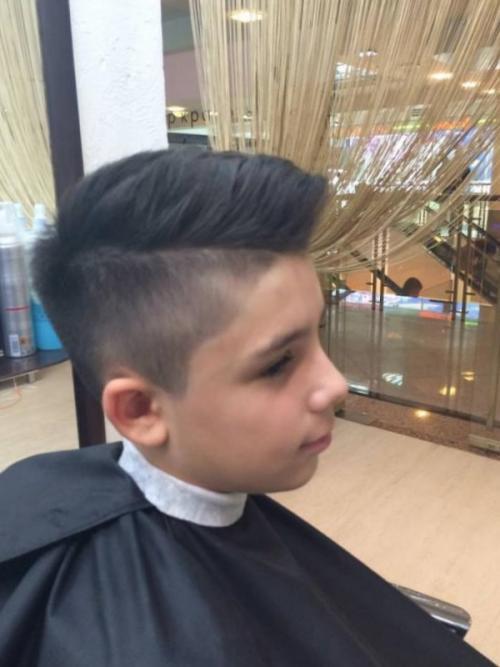 Как подстричь мальчика машинкой с переходом. Как сделать модельную стрижку мальчику в домашних условиях