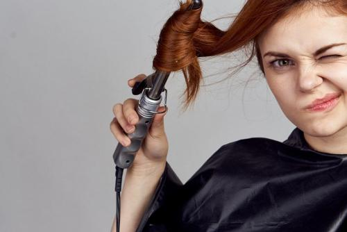 Как укладывать вьющиеся волосы средней длины. Как уложить непослушные волосы в домашних условиях, правильно за ними ухаживать