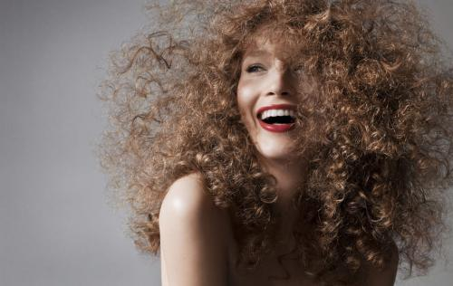Укладка на кудрявые волосы средней длины своими руками. Как уложить кудрявые волосы?
