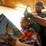 Парикмахер по имени Кортни Холмс из небольшого города в американском штате айова решил внести свой небольшой вклад в воспитание детей в округе.