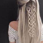 Многие модницы предпочитают распущенные волосы с плетением.