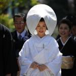 Синтоистская свадьба.  Традиционная свадьба в синтоистском храме проводится.